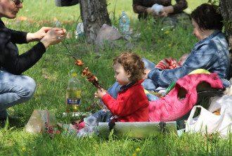 На пікнік обов'язково необхідно брати мангал, воду та сміттєві пакети