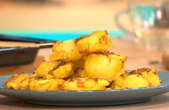 Молодой картофель сначала нужно отварить до полуготовности, а потом запекать