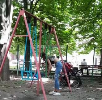 В Одессе девушка в неадекватном состоянии гуляла с ребенком