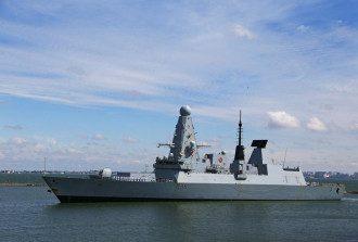 У Чорному морі есмінець Defender супроводжували десятки літаків