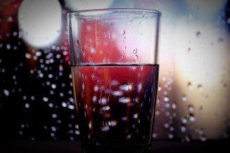 Лікар назвала обсяг води, який у спеку необхідний різним людям
