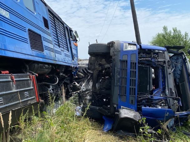 Поезд протаранил грузовик