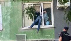 Житель Херсона хотів помиритися з колишньою і застряг у вікні, пробираючись до неї
