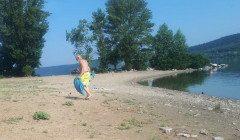"""""""После украинцев чистит"""": на Буковине турист-немец постоянно убирает на пляже мусор"""