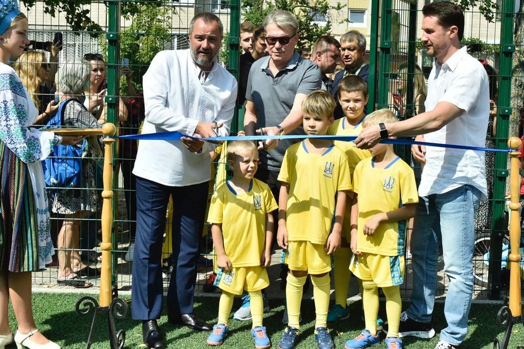 Футбольное поле на Троещине в Киеве