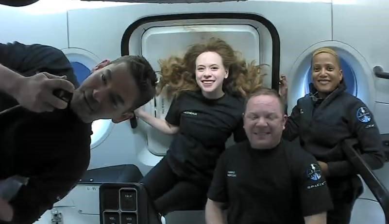Первые фото экипажа Inspiration4 в космосе