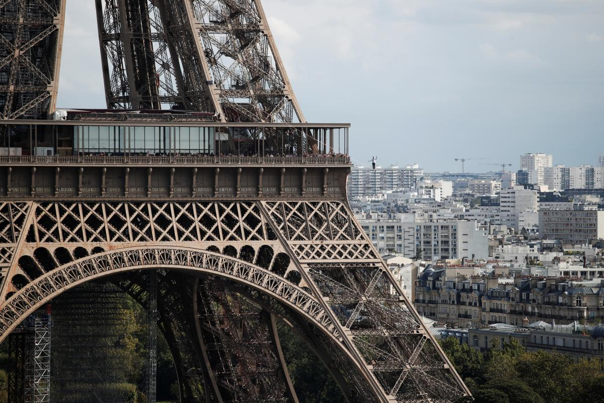 Канатоходець пройшовся над Парижем по тросу
