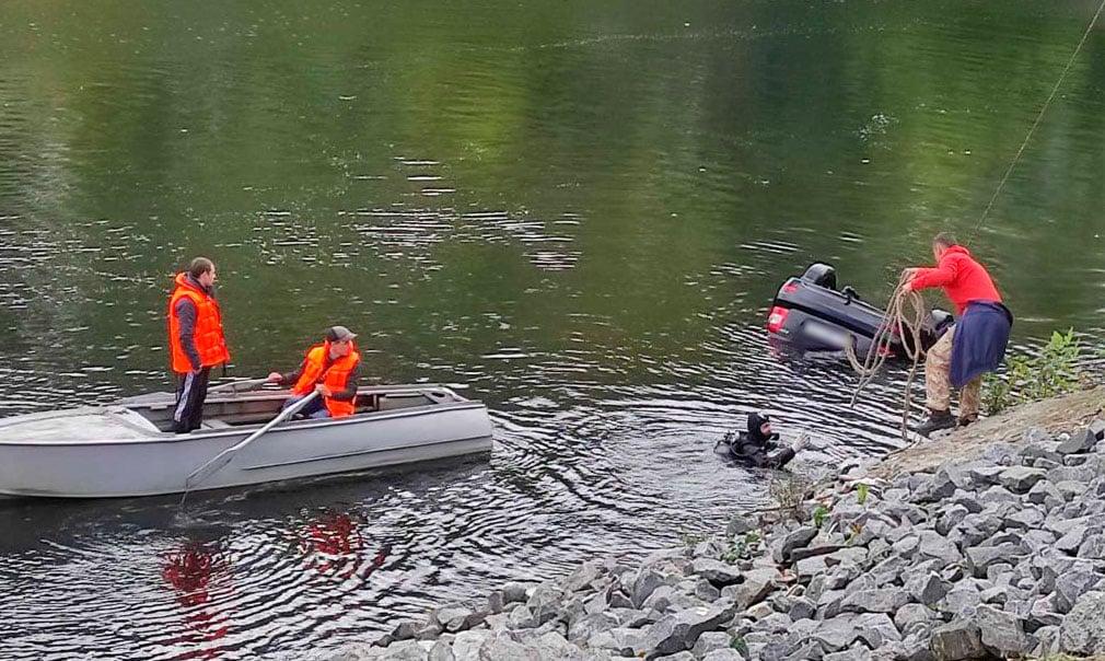 Авто утонуло в реке