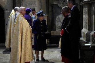 Елизавета II впервые появилась с тростью